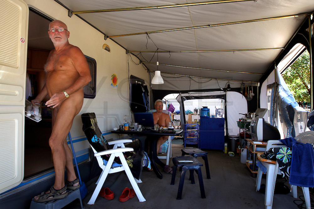 "Dutch couple that stay living for about two years on the naturist camping park, Hannah e ""Popeye""."