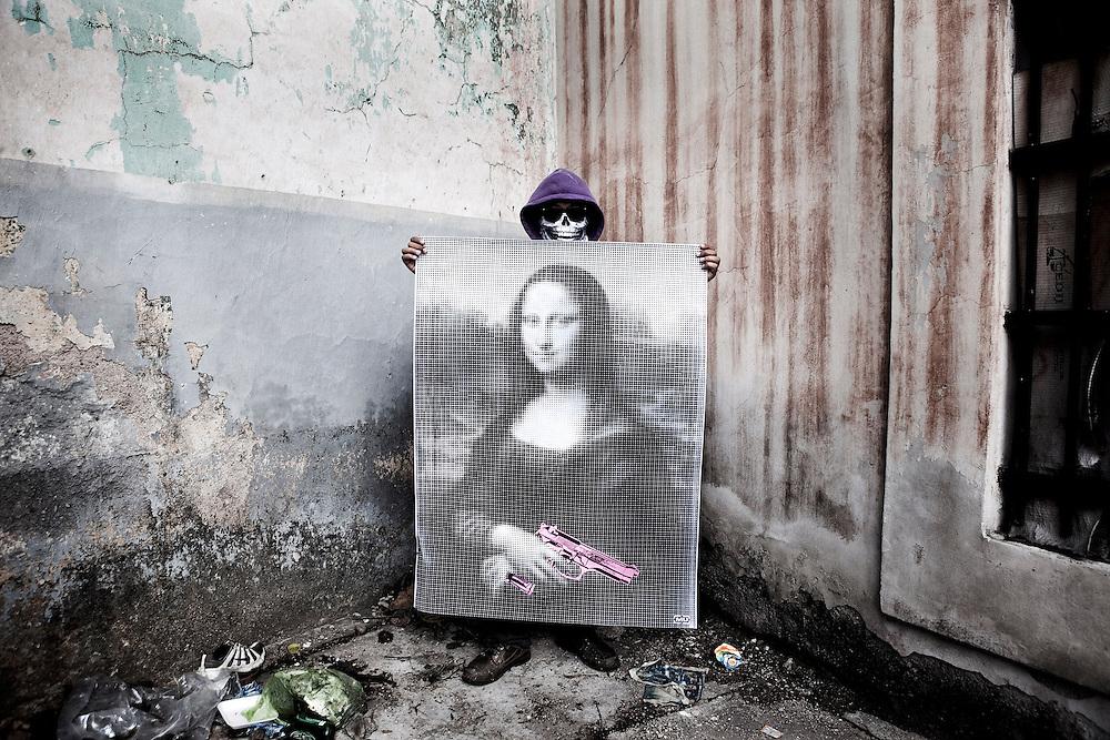 Honduran street artist known as Maeztro Urbano working in the process of his work in the streets of Tegucigalpa <br /> EL ARTISTA CALLEJERO HONDURE&Ntilde;O CONOCIDO COMO MAESTRO URBANO EN EL PROCESO DE TRABAJO DE SU OBRA EN LAS CALLES DE TEGUCIGALPA