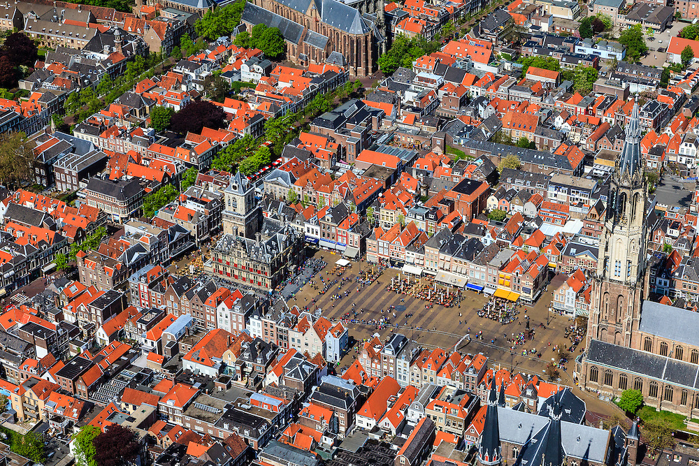 Nederland, Zuid-Holland, Delft, 09-05-2013; <br /> Historisch centrum van Delft zicht op de Markt met terrassen, de Nieuwe Kerk rechtsbeneden en het stadhuis er tegenover, linksboven de Oude Kerk. <br /> Historic center of Delft with terraces overlooking the Market, the New Church (r ) and Town Hall (l ).<br /> luchtfoto (toeslag op standard tarieven)<br /> aerial photo (additional fee required)<br /> copyright foto/photo Siebe Swart<br /> luchtfoto (toeslag op standard tarieven)<br /> aerial photo (additional fee required)<br /> copyright foto/photo Siebe Swart