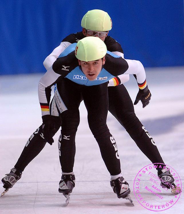 n/z.: Arian Nachbar (nr22-Niemcy) i Tyson Heung (nr26-Niemcy) podczas eliminacji sztafet na 5000 metrow na Mistrzostwach Europy w lyzwiarstwie szybkim na krotkim torze w Krynicy Gorskiej. Lyzwiarstwo szybkie na krotkim torze , Polska , Krynica Gorska , 21-01-2006 , fot.: Adam Nurkiewicz / mediasport..Arian Nachbar (nr22-Germany) and Tyson Heung (nr26-Germany)  during qualification relay 5000 meters during European Short Track Championships in Krynica Gorska in Poland. January 21, 2006 , Speed Skating Short Track , Poland , Krynica Gorska ( Photo by Adam Nurkiewicz / mediasport )
