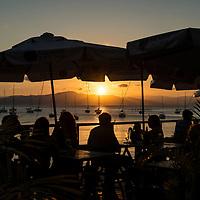Fim de tarde em bar na beira da praia no bairro histórico de Santo Antonio de Lisboa, Florianópolis, Santa Catarina, foto de Ze Paiva - Vista Imagens