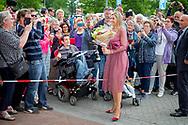 13-6-2017  Nieuw-Buinen - Koningin Maxima geeft op dinsdagochtend 13 juni in het Drentse Nieuw-Buinen het startsein voor de 12e&nbsp;editie van Burendag. Dit jaar vindt Burendag op 23 september plaats. Op deze dag worden in Nederland duizenden activiteiten georganiseerd die buren dichterbij elkaar brengen.  COPYRIGHT ROBIN UTRECHT<br /> <br /> 13-6-2017 New Buinen - Queen Maxima announces the start of the 12th edition of Burendag on Tuesday, June 13th in Drenthe Nieuw-Buinen. This year Burendag will take place on September 23rd. On this day, thousands of activities are being organized in the Netherlands that bring neighbors closer together. COPYRIGHT ROBIN UTRECHT