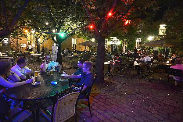 Nederland, Nijmegen, 16-7-2014 Recreatie, ontspanning, cultuur, dans, theater en muziek in de binnenstad tijdens de zomerfeesten. Rust en Franse sfeer op de Franse Plaats, een van de weinige middeleeuwse plekjes in de stad. Een van de tientallen feestlocaties in de stad. Onlosmakelijk met de vierdaagse, 4daagse, zijn in Nijmegen de vierdaagse feesten, de zomerfeesten. talrijke podia staat een keur aan artiesten, voor elk wat wils. Een week lang elke avond komen tegen de honderdduizend bezoekers naar de stad. De politie heeft inmiddels grote ervaring met het spreiden van de mensen, het zgn. crowd control.De vierdaagsefeesten zijn het grootste evenement van Nederland en verbonden met de wandelvierdaagse. Foto: Flip Franssen/Hollandse Hoogte