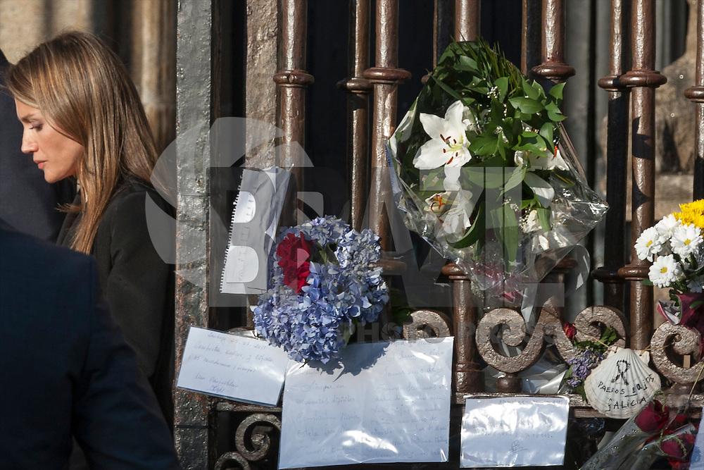 SANTIAGO DE COMPOSTELA, ESPANHA, 29.07.2013 - HOMENAGEM 79 VITIMAS ACIDENTE DE TREM - Centenas de pessoas homenagearam nesta segunda-feira os 79 mortos de um descarrilamento de trem na cidade espanhola de Santiago de Compostela, durante um funeral realizado na catedral da cidade.<br /> Presente na cerimonia o pr&iacute;ncipe herdeiro, Felipe, sua esposa, Letizia, e o chefe de governo, Mariano Rajoy, que nasceu na cidade.  Ao final da cerim&ocirc;nia, os pr&iacute;ncipes consolaram individualmente os familiares das v&iacute;timas durante 20 minutos. Na noite de ontem segunda-feira, 29. (Foto: BILLY CHAPPEL / Alfaqui / Brazil Photo Press).