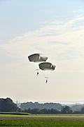 Nedederland, Groesbeek, 18-9-2014Militairen van de 82e luchtlandingsdivisie springen uit Hercules vliegtuigen als eerbetoon aan hun collegas in 1944 die hier als onderdeel van de operatie Market garden gedropd werden. Vanuit dit gebied, trokken de militairen van de 82nd airborne division naar de Waalbrug van Nijmegen. Een brug te ver, a bridge too far.FOTO: FLIP FRANSSEN/ HOLLANDSE HOOGTE