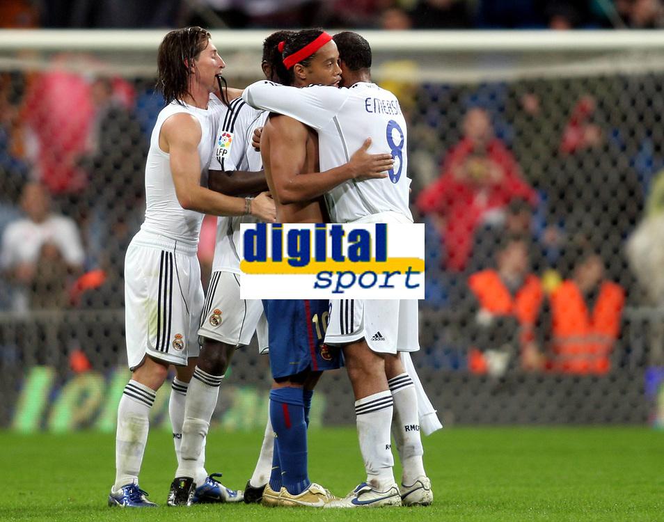 Fotball<br /> Spania 2007<br /> 22.10.2006<br /> Real Madrid v Barcelona<br /> Foto: Miguelez/Digitalsport<br /> NORWAY ONLY<br /> <br /> Die Landsm&auml;nner Ronaldinho (FC Barcelona, Mitte) und Emerson (re.) umarmen sich nach Spielende, daneben: Sergio Ramos (beide Real Madrid)
