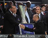 FUSSBALL     UEFA CUP  FINALE  SAISON 2008/2009 Shakhtar Donetsk - SV Werder Bremen 20.05.2009 Thomas Schaaf (Trainer Bremen) geht bei der Siegerehrung enttaeuscht am UEFA Pokal vorbei; Michel Platini (Praesident UEFA rechts)