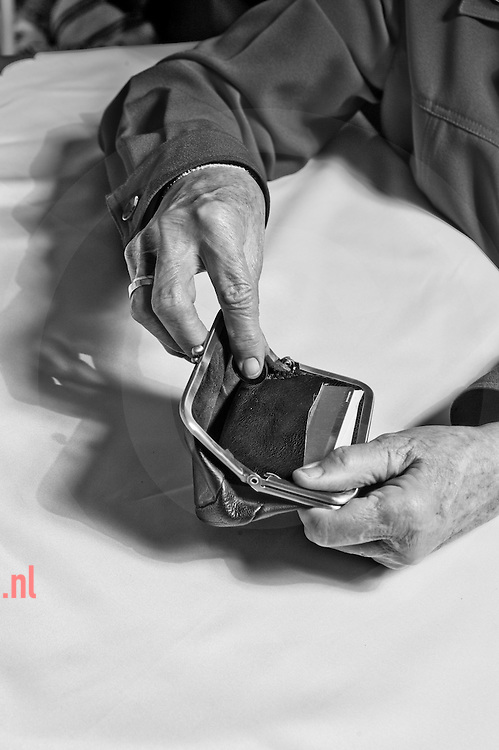 handen en lege portemonnaie