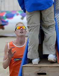 16-08-2014 NED: NK Beachvolleybal 2014, Scheveningen<br /> Sven Vismans (1) in protest bij scheidsrechter