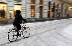 03.12.2010, Graz, AUT, Feature, im Bild ein Radfahrer befaehrt auf winterlicher Fahrbahn eine Straße, EXPA Pictures © 2012, PhotoCredit: EXPA/ Erwin Scheriau