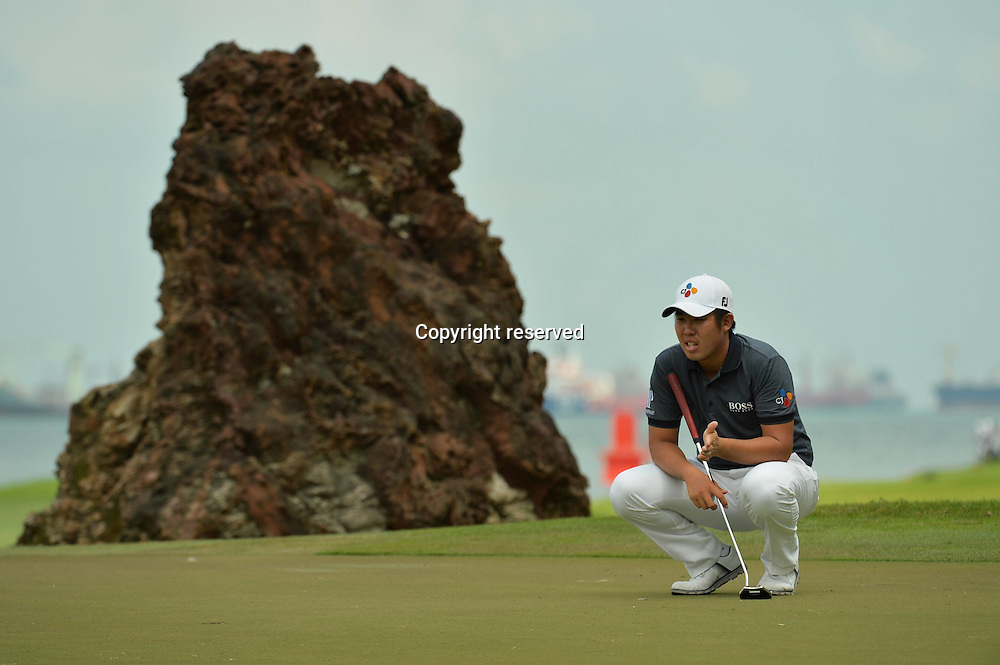 29.01.2016. Singapore.  An Byeong-hun of South Korea lines up his putt during the SMBC Singapore Open held at Singapores Sentosa Golf Club Serapong course, Jan. 29, 2016. The SMBC Singapore Open is into the second day of competition.