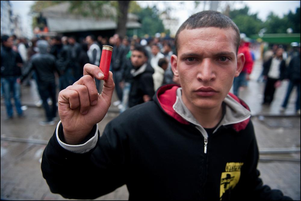 Un manifestants présente une cartouche de chasse place de Barcelone lors d'affrontements avec les forces de Police. // Des affrontements entre la police et les manifestants ont éclaté dans le centre de Tunis, notamment avenue Habib Bourguiba, faisant (selon Associated Press) 3 morts (prétendument par balle) et 12 blessés parmi les manifestants, Tunis le 26 février 2011.