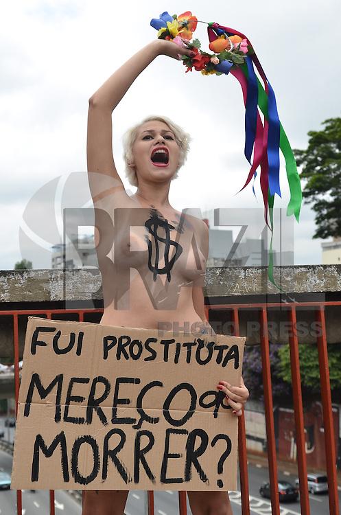 SAO PAULO, 31 DE JANEIRO DE 2013. - PROTESTO FEMEM - Ativistas do grupo feminista FEMEM durante protesto contra morte de prostitutas assassinadas, na Liberdade, regiao central da capital, nesta quinta feira 31. O suspeito que confessou a serie de crimes foi preso na ultima quinta feira, 24.  (FOTO: ALEXANDRE MOREIRA / BRAZIL PHOTO PRESS).
