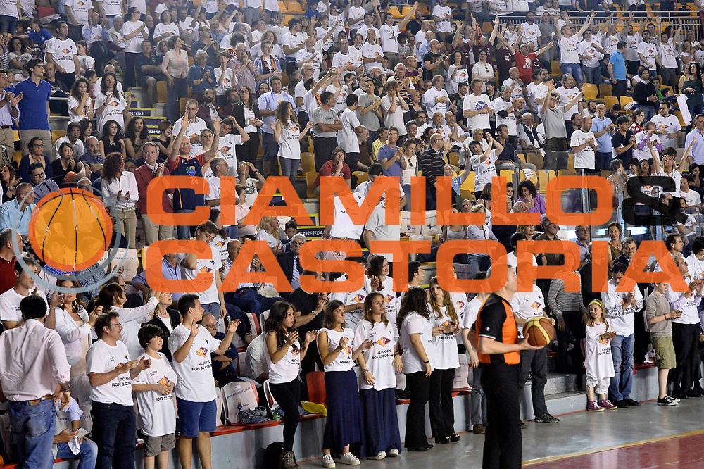 DESCRIZIONE : Roma quarti di finale gara 3 playoff 2013-2014 Acea Roma Acqua Vitasnella Cant&ugrave;<br /> GIOCATORE : Tifosi<br /> CATEGORIA : Tifosi<br /> SQUADRA : Acea Virtus Roma<br /> EVENTO : quarti di finale gara 3 playoff 2013-2014<br /> GARA : Acea Roma Acqua Vitasnella Cant&ugrave;<br /> DATA : 24/05/2014<br /> SPORT : Pallacanestro <br /> AUTORE : Agenzia Ciamillo-Castoria/GiulioCiamillo<br /> Galleria : playoff 2013-2014<br /> Fotonotizia : Roma quarti di finale gara 3 playoff 2013-2014 Acea Roma Acqua Vitasnella Cant&ugrave;<br /> Predefinita :