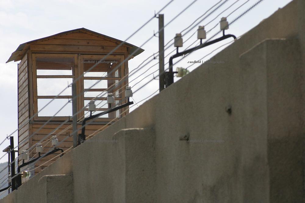 Die Aussenmauer mit einem Wachturm des georgischen Frauengefaengnis in Tiflis.  Wall and Watchtower of Women Prison in Tbilissi, Georgia.