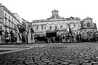 Ostuni, 04.07.2010. Comune salentino dell'alta valle d'itria, ubicato in provincia di Brindisi, Puglia, Italia, caratteristico per avere il suo centro storico con case dipinte di calce bianca che le ha conferito l'appellativo di città bianca (o città presepe). La storia narra che nel XVII secolo a.C. la regione fu colpita dalla peste, ma la città di Ostuni restò immune dal contagio proprio per l'usanza della popolazione di imbiancare le case con la calce, disinfettante naturale. Le attività economiche trainanti sono l'agricoltura - coltivazioni di ulivo, vite e mandorlo - ed il turismo d'arte e balneare..La processione della Confraternita S. Maria della Stella percorre la piazza Municipio