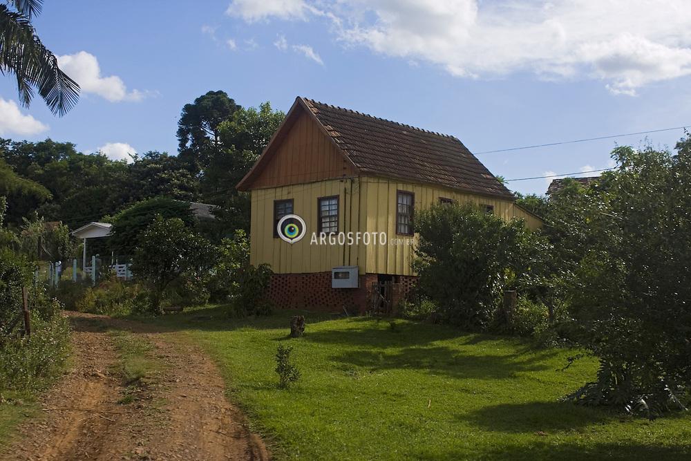 Casa de madeira, tipica casa de colonos/agricultores no interior do Rio Grande do Sul./House of wood, typical house of small farmers or settlers in the interior of Rio Grande do Sul..Foto © Adri Felden/Argosfoto