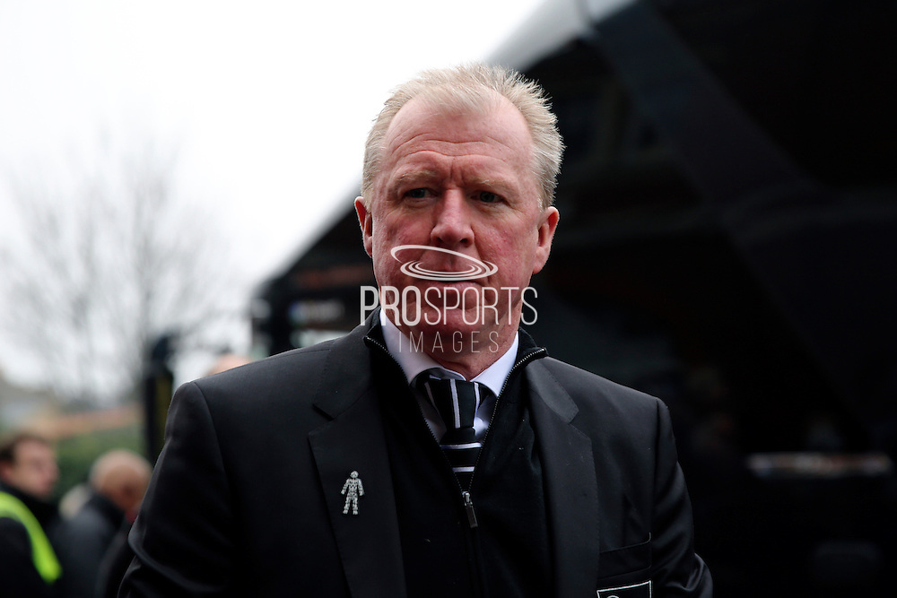 Derby County Manager Steve McClaren leaving the coach during the EFL Sky Bet Championship match between Fulham and Derby County at Craven Cottage, London, England on 17 December 2016. Photo by Matthew Redman.