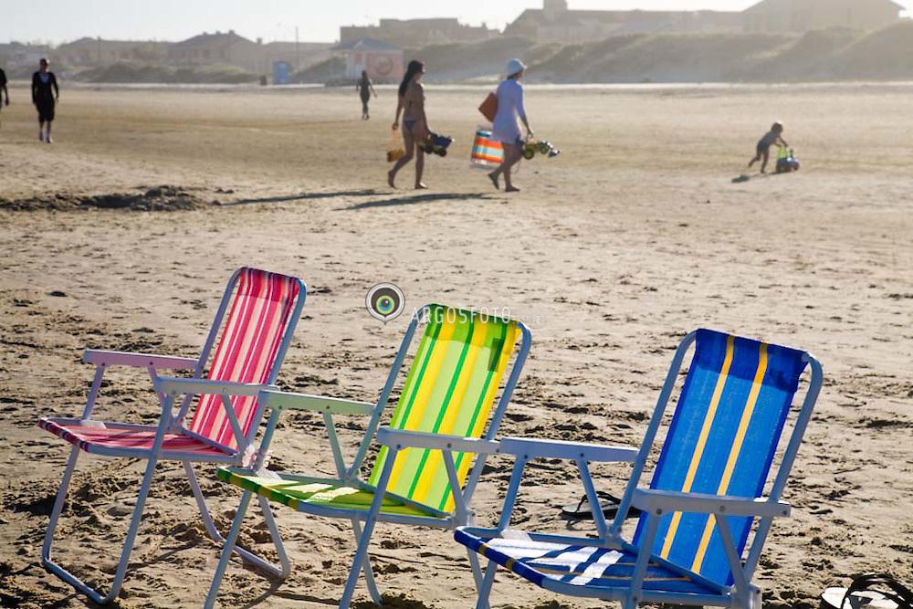 Dia de sol e descanco na praia./. Nice day at the beach