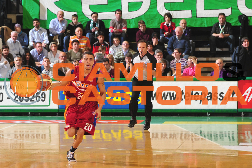 DESCRIZIONE : Treviso Lega A 2008-09 Benetton Treviso Lottomatica Virtus Roma<br /> GIOCATORE : Ibrahim Jaaber<br /> SQUADRA : Lottomatica Virtus Roma <br /> EVENTO : Campionato Lega A 2008-2009 <br /> GARA : Benetton Treviso Lottomatica Virtus Roma<br /> DATA : 08/04/2009 <br /> CATEGORIA : Palleggio<br /> SPORT : Pallacanestro <br /> AUTORE : Agenzia Ciamillo-Castoria/M.Gregolin