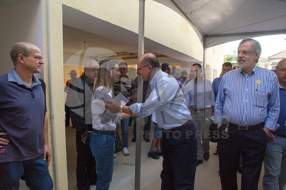 SÃO PAULO, SP, 28 DE ABRIL DE 2013 - ENTREGA DE APARTAMENTOS CDHU - O Governador Geraldo Alckmin entregou 62 apartamentos para antigos moradores de cortiço no bairro do Belém, zona leste da cidade, nesta manhã de domingo (28). A Companhia de Desenvolvimento Habitacional - CDHU- aproveitou o evento para fazer cadastramentos de pessoas interessadas em obter um apartamento construído pela estatal. (FOTO RICARDO LOU/BRAZIL PHOTO PRESS).