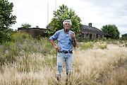 Javier Calvelo/ URUGUAY/ COLONIA - BOCAS DEL ROSARIO/ Etapa de Investigacion Fotografica para Serie documental televisiva Menos de 100 <br /> Producci&oacute;n: Mariel Bal&aacute;s, Direcci&oacute;n: Luc&iacute;a Secco, Direcci&oacute;n de fotograf&iacute;a: Mar&iacute;a Jos&eacute; Secco, Fotograf&iacute;a fija: Javier Calvelo<br /> Menos de 100 es un registro de cinco realidades que comparten un tiempo en un pa&iacute;s que poco las conoce. A trav&eacute;s de cinco pueblos, cinco paisajes, cinco or&iacute;genes, la forma de vida, los v&iacute;nculos entre menos de 100 personas que conviven y construyen su historia. Caso 3: Estaci&oacute;n Sol&iacute;s (Lavalleja. 55 habitantes)<br /> El pueblo naci&oacute; y creci&oacute; al ritmo de la estaci&oacute;n del AFE, cuando el tren dej&oacute; de pasar tambi&eacute;n dej&oacute; de existir aquel alboroto de pasajeros. Algunos de los habitantes siguieron su rumbo en busca de nuevas oportunidades, pero 55 siguen establecidos all&iacute;, fieles a su pueblo. <br /> El contacto se realiz&oacute; con la maestra Macarena Melgar que se contact&oacute; con Ulises Torres, un poblador que est&aacute; all&iacute; desde el a&ntilde;o 57. El naci&oacute; cerca de all&iacute; y en la adolescencia cambi&oacute; el juego de pelota con amigos por ir a vivir en Estaci&oacute;n solis con su tio, Don Isidro. y trabajar en la recolecci&oacute;n de membrillos. Se acuerda que lleg&oacute; a las 1830, en bicicleta cuando ten&iacute;a 19 a&ntilde;os. Estuvo un tiempo en Minas pero era muy timbero por lo que volvi&oacute; a ES. all&iacute; ayud&oacute; a su tio en el almac&eacute;n de ramos generales. Aun pasaba el tren y el pueblo se llenaba de gente. Luego que su tio muri&oacute; sigui&oacute; con el almac&eacute;n ya que su primo se hab&iacute;a ido hac&iacute;a tiempo del pueblo. Cambi&oacute; el rubro, puso bar, retom&oacute; el juego y le fue mal. Ahora es jubilado y vive all&iacute;, en las instalaciones que tiene el almac&eacute;n hacia 