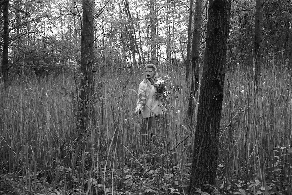 Kvinna plockar blommor.