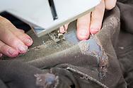 Byxor lagas av Chris Pera, 67, på Repair Café i Portland.