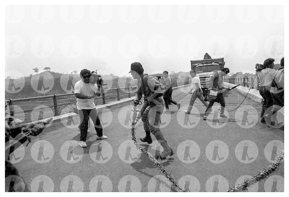 Miembros del Ejercito Salvadoreño impiden el paso a miembros de prensa extrajera en el Puente Colima, Chalatenango cuando estos se disponían a cubrir la muerte del Comandante Jesús Rojas en septiembre 1990 durante la guerra civil de El Salvador 1980-1992. . (IL Photo Franklin Rivera