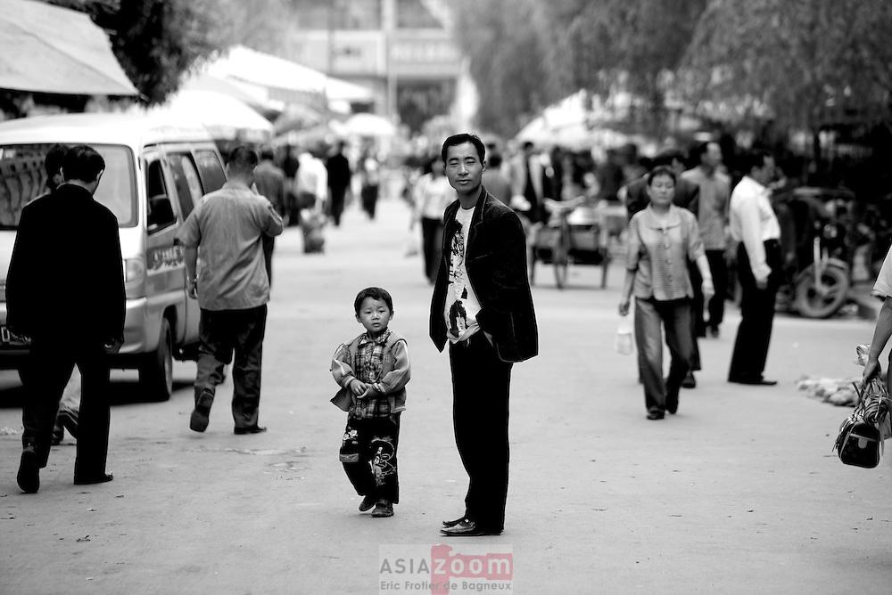 un père et son fils dans un marché a Lanzhou en Chine dans le Gansu, novembre 2008