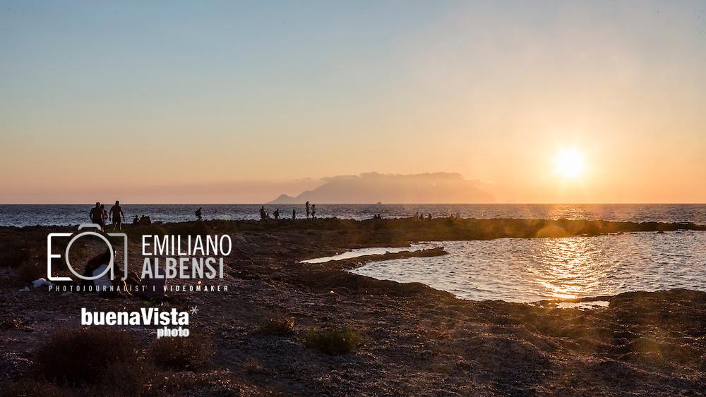 Favignana, Sicilia, Italia, 2016<br /> Il tramonto a Punta Sottile: un &quot;must-to-do&quot; per ogni turista che visita Favignana.<br /> <br /> Favignana, Sicily, Italy, 2016<br /> The sunset at Punta Sottile (Thin Point): a must-to-do for every tourist visiting Favignana, Aegadian Islands.