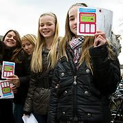 Nederland Helmond 2 maart 2009 20090302 Foto: David Rozing .Start vaccinatie tegen baarmoederhals kanker.3000 meiden tussen 13 - 16 jaar zijn opgeroepen om zich te laten inenten in sporthal City hal. oproepformulier.Vaccination for young girls, age 13-16, to prevent cancer of the cervix / neck of the womb. vaccine, vaccinations, vaccines, immunity, desease, deseases, preventing, prevention, shot, shots, girl, youth, ..Deze inenting zit vanaf 2009 in het Rijksvaccinatieprogramma (RVP). Vandaag begint een eenmalige actie waarbinnen meisjes die dit jaar 13 tot en met 16 jaar worden zich kunnen laten vaccineren. In september starten de reguliere inentingen binnen het RVP..De GGD'en verzorgen de inteningen. Een volledige inenting tegen baarmoederhalskanker bestaat uit 3 prikken. De meisjes krijgen deze verdeeld over een half jaar. vaccinatie tegen baarmoederhalskanker..Inenting in Rijksvaccinatieprogramma ?Vanwege de gezondheidswinst voor vrouwen is inenting tegen baarmoederhalskanker vanaf 2009 opgenomen in het RVP. Binnen het RVP krijgen meisjes de inenting steeds op de leeftijd van twaalf jaar. Vanaf september 2009 krijgen meisjes die op of na 1 januari en voor 1 september 2009 deze leeftijd bereiken een vaccinatie. .Baarmoederhalskanker krijg je alleen na een infectie met het humaan papillomavirus, kortweg HPV. De inenting beschermt tegen twee typen van het HPV-virus (HPV 16 en 18) die samen 70% van alle gevallen van baarmoederhalskanker veroorzaken...Foto: David Rozing