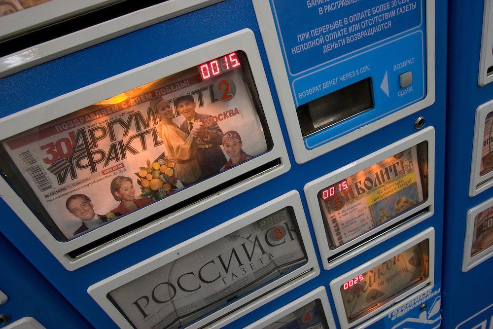 Zeitungsautomat in einer Moskauer Metrostation.<br /> <br /> Newspaper machine at a Moscow metro station.