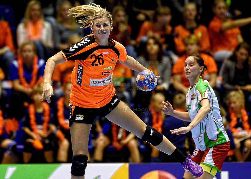 07-10-2015 NED: Kwalificatie EK 2016 Nederland - Bulgarije, Rotterdam<br /> De Nederlandse handbalsters zijn de kwalificatiereeks voor het EK in 2016 begonnen met een monsterzege op Bulgarije. In een volgepakt Topsportcentrum van Rotterdam won Nederland met 45-24 / Antje Angela Malestein #26