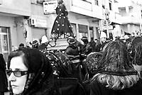 donne galatinesi velate a lutto seguono il lento incedere della statua della Desolata