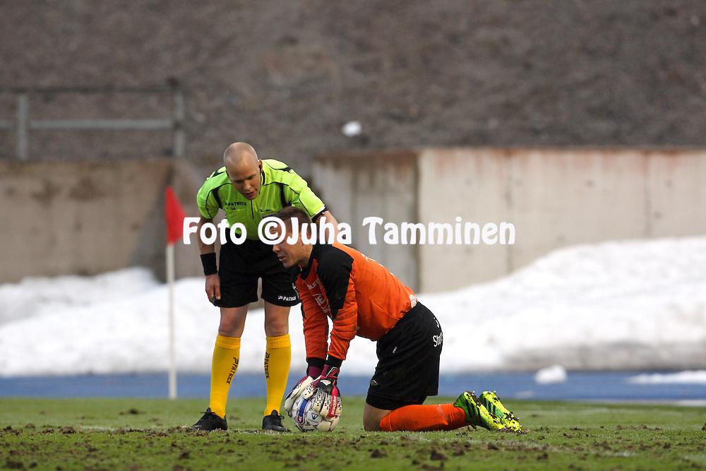 8.5.2014, Hiihtostadion, Lahti..<br /> Veikkausliiga 2014.<br /> FC Lahti - Inter Turku.<br /> Henrik Moisander (FC Lahti) &amp; erotuomari Antti Munukka.