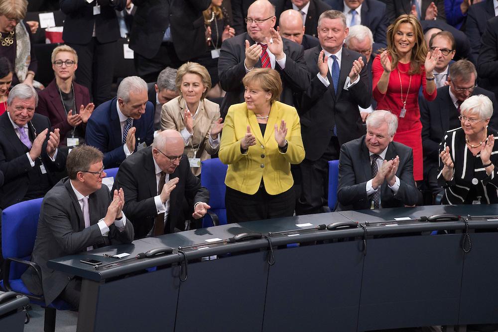 12 FEB 2017, BERLIN/GERMANY:<br /> Michael Grosse-Broemer, CDU, 1. Parl. Geschaeftsfuehrer CDU/CSU Faktion, Volker Kauder, CDU, CDU/CSU Fraktionsvorsitzender, Angela Merkel, CDU, Bundeskanzlerin, Horst Seehofer, CSU, Ministerpraesident Bayern, Gerda Hasselfeldt, CSU, Vorsitzende der CSU Landesgruppe im Bundestag,(1. Reihe v.L.n.R.), applaudieren nach der Bekanntgabe des Wahlergebnisses bei der Wahl zum Bundespraesidenten, 16. Bundesversammlung zur Wahl des Bundespraesidenten, Reichstagsgebaeude, Deutscher Bundestag<br /> IMAGE: 20170212-02-119<br /> KEYWORDS: Bundespraesidentenwahl, Bundespräsidetenwahl, Applaus, applaudieren, klatschen, Michael Grosse-Brömer