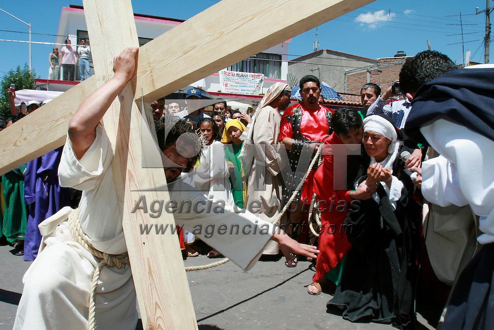 Metepec, Mex.- Fieles catolicos de Metepec hacen la representacion del via crusis y pasion de Jesus, donde participan cientos de actores y miles de espectadores en el cerro del calvario. Agencia MVT / Mario Vazquez de la Torre. (DIGITAL)<br /> <br /> <br /> <br /> <br /> <br /> <br /> <br /> NO ARCHIVAR - NO ARCHIVE