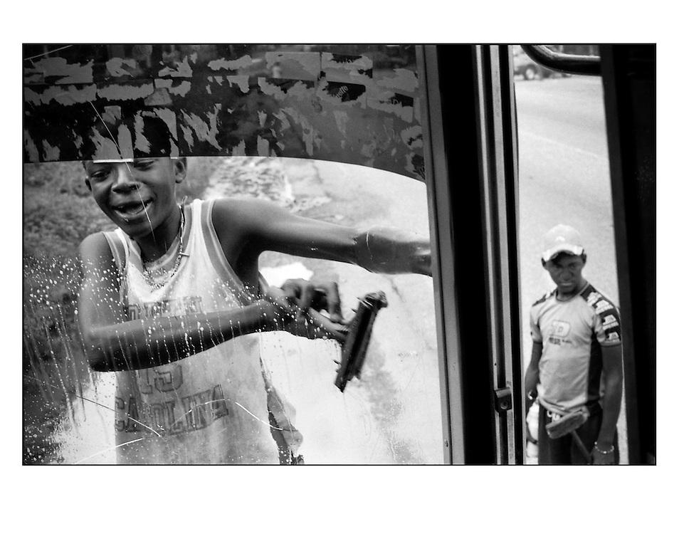 """Autor de la Obra: Aaron Sosa<br /> Título: """"Serie: Venezuela Cotidiana""""<br /> Lugar: El Guapo, Estado Miranda - Venezuela <br /> Año de Creación: 2004<br /> Técnica: Captura digital en RAW impresa en papel 100% algodón Ilford Galeríe Prestige Silk 310gsm<br /> Medidas de la fotografía: 33,3 x 22,3 cms<br /> Medidas del soporte: 45 x 35 cms<br /> Observaciones: Cada obra esta debidamente firmada e identificada con """"grafito – material libre de acidez"""" en la parte posterior. Tanto en la fotografía como en el soporte. La fotografía se fijó al cartón con esquineros libres de ácido para así evitar usar algún pegamento contaminante.<br /> <br /> Precio: Consultar<br /> Envios a nivel nacional  e internacional."""