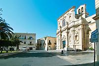 Lecce - Chiesa di Santa Chiara. Indirizzo: Via Vittorio Emanuele II n. 11 - Lecce..La chiesa di Santa Chiara si trova nel centro storico di Lecce, in piazza Vittorio Emanuele II. La sua prima fondazione, voluta dal vescovo Tommaso Ammirato, risale al 1429; venne in seguito quasi completatmente ristrutturata tra il 1687 e il 1691. La realizzazione della chiesa è opera dell'architetto Giuseppe Cino.