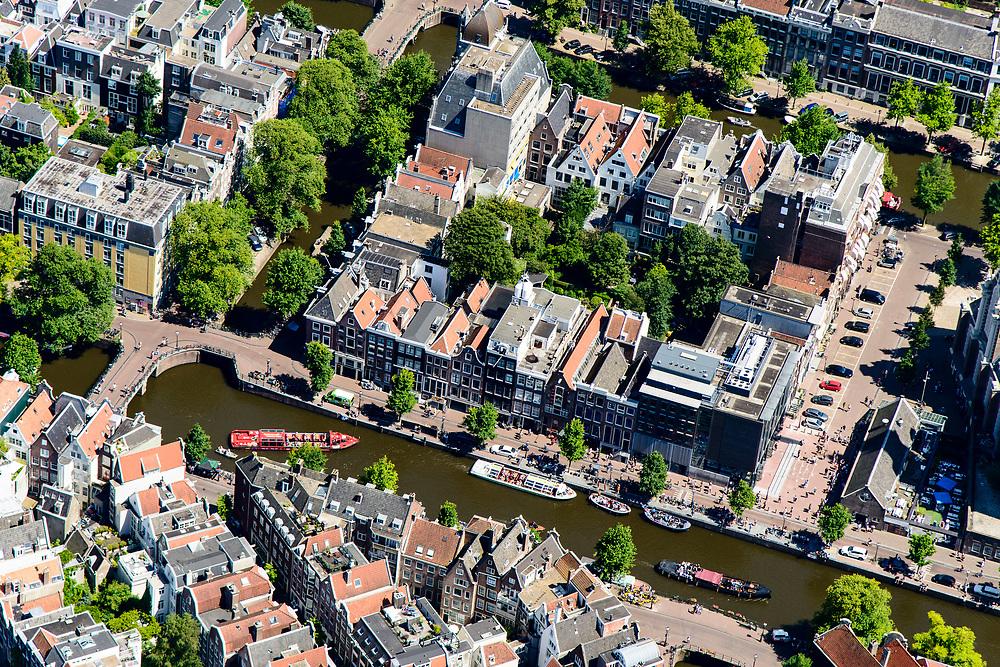 Nederland, Noord-Holland, Amsterdam, 29-06-2018;Prinsengracht met rondvaartboten en toeristen in de rij voor Anne Frankhuis. Westermarkt, Westerkerk, Raadhuisstraat.<br /> City centre, canals.<br /> luchtfoto (toeslag op standard tarieven);<br /> aerial photo (additional fee required);<br /> copyright foto/photo Siebe Swart