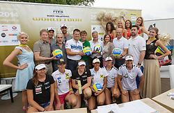 29.07.2014, Klagenfurt, Strandbad, AUT, A1 Beachvolleyball Grand Slam 2014, im Bild das gesamte Team bei der Presskonfernz, in der Mitte Gürgermeister Christian Scheider, Hannes Jagerhofer und Landeshauptmann Mag. Dr. Peter Kaiser // during the A1 Beachvolleyball Grand Slam at the Strandbad Klagenfurt, Austria on 2014/07/29. EXPA Pictures © 2014, EXPA Pictures © 2014, PhotoCredit: EXPA/ Mag. Gert Steinthaler