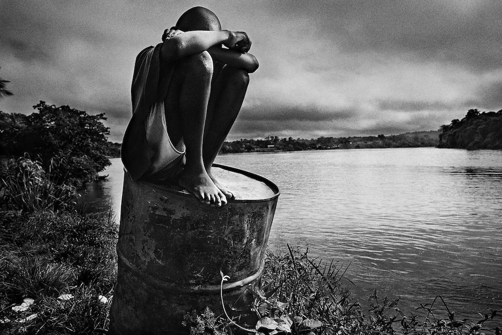 Fenrch guyana, maripasoula, maroni.<br /> <br /> Pole economique du Haut-Maroni pour certains, tiers-monde de la republique pour d'autres. <br /> Plus vaste &quot;commune&quot; de France : 3 600 habitants sur un rayon de 150 kilometres, coincee entre la foret amazonienne et le Maroni, fleuve frontiere du Surinam. A l&rsquo;exception des services departementaux et municipaux, l'orpaillage avec ses metiers derives represente la seule source d&rsquo;activite. <br /> Maripasoula marque la limite entre le pays bosch (noir marron) et le pays amerindien wayana.<br /> L'approvisionnement vient du Surinam, sur la rive opposee ou des villes du littoral, St Laurent ou Cayenne.