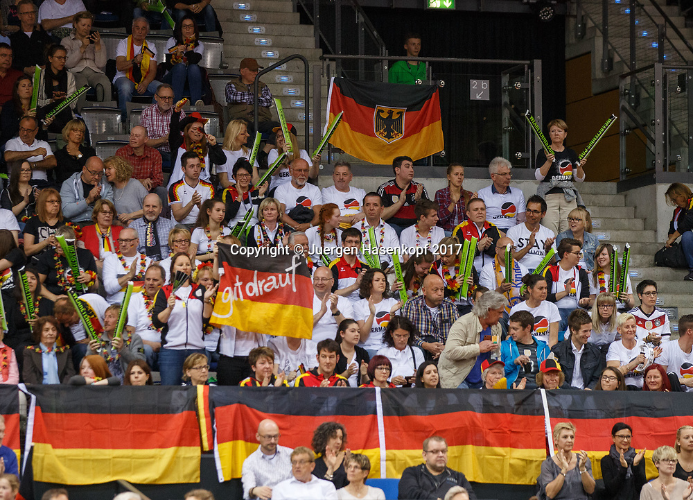 GER-UKR, Deutschland - Ukraine, <br /> Porsche Arena, Stuttgart, internationales ITF  Damen Tennis Turnier, Mannschafts Wettbewerb,<br />  deutsche Zuschauer, Fans auf der Tribuene,