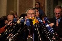 14 DEC 2003, BERLIN/GERMANY:<br /> Erwin Huber, CSU, Staatsminister Bayern und Chef der Staatskaqnzlei, gibt ein Pressestatement zum Verlauf der Sitzung des Vermittlungsausschusses, Bundesrat<br /> IMAGE: 20031214-01-129<br /> KEYWORDS: Mikrofon, microphone