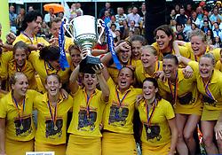 20-05-2007 HOCKEY : FINALE PLAY OFF: DEN BOSCH - AMSTERDAM: DEN BOSCH <br /> Den Bosch voor de tiende keer op rij kampioen van de Rabo Hoofdklasse Dames. In de beslissende finale versloegen zij Amsterdam met 2-0 / Het team van Den Bosch met de beker oa. met Mijntje Donners, Minke Booij, Maartje Paumen, Janneke Schopman, Vera Vorstenbosch, Nienke Kremers en  Carlien Dirkse van den Heuvel <br /> ©2007-WWW.FOTOHOOGENDOORN.NL