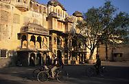 India. Rajasthan. the city palace  jaipur rajasthan  India     / le palais  jaipur rajasthan  Inde Le city Palace aété transformé en palais, mais le maharajah a conservéplusieurs batiments, où il conservé ses appartements  jaipur rajasthan  Inde Le city Palace aété transformé en palais, mais le maharajah a conservéplusieurs batiments, où il conservé ses appartements  / R101/30    L1185  /  R00101  /  P0001486