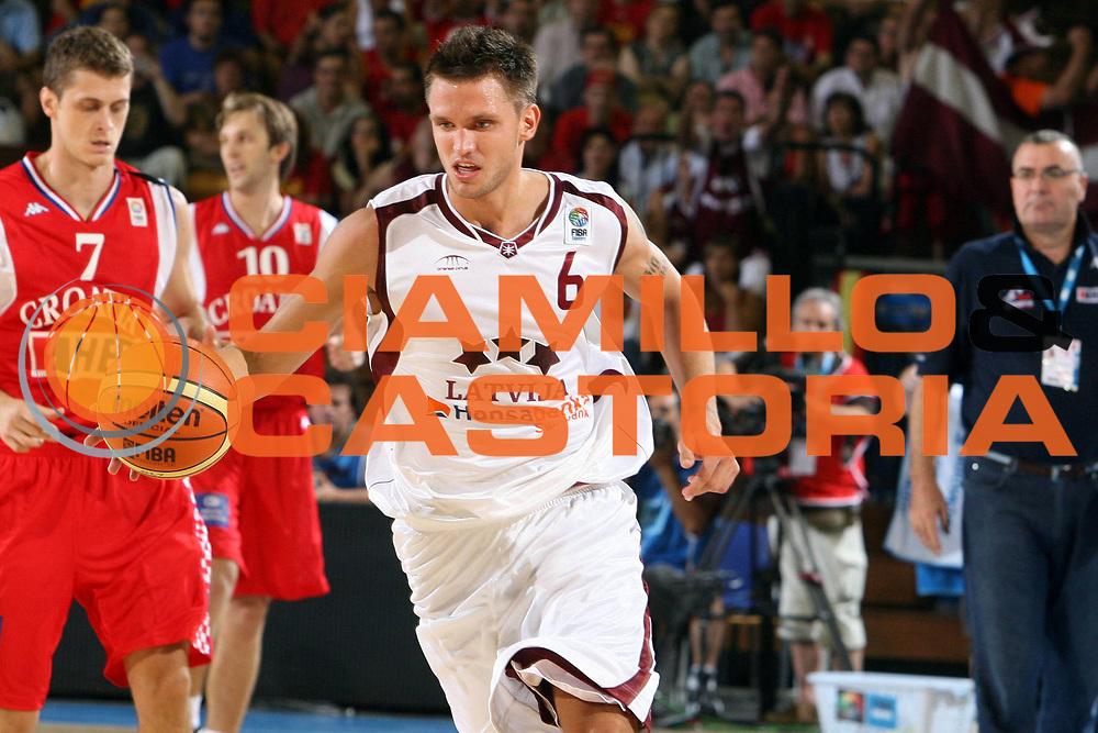 DESCRIZIONE : Siviglia Sevilla Spagna Spain Eurobasket Men 2007 Lettonia Croazia Latvia Croatia <br /> GIOCATORE : Armands Skele <br /> SQUADRA : Lettonia Latvia <br /> EVENTO : Eurobasket Men 2007 Campionati Europei Uomini 2007 <br /> GARA : Lettonia Croazia Latvia Croatia <br /> DATA : 03/09/2007 <br /> CATEGORIA : Palleggio <br /> SPORT : Pallacanestro <br /> AUTORE : Ciamillo&amp;Castoria/E.Castoria <br /> Galleria : Eurobasket Men 2007 <br /> Fotonotizia : Sevilla Spagna Spain Eurobasket Men 2007 Lettonia Croazia Latvia Croatia <br /> Predefinita :