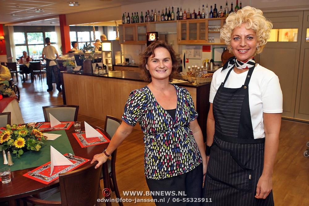 NLD/Huizen/20070918 - Restaurant bejaardentehuis de Bolder Huizen, Annette van Biezen, projectmanager, en Mirjam Kroeze, restaurantmedewerker