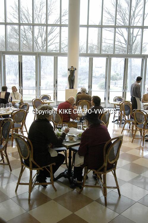 Restaurant and cafeteria bistro.The Metropolitan Museum of Art.Manhattan, New York City, United States.© KIKE CALVO.( culture, landmark, education, international, collection, paintings, sculpture, sculptures, egyptian, roman, decorative, european, africa, america, oceania, arms, armors, greek, modern, contemporary, taxi, yellow, cab, transportation, leisure, food, court. B1276